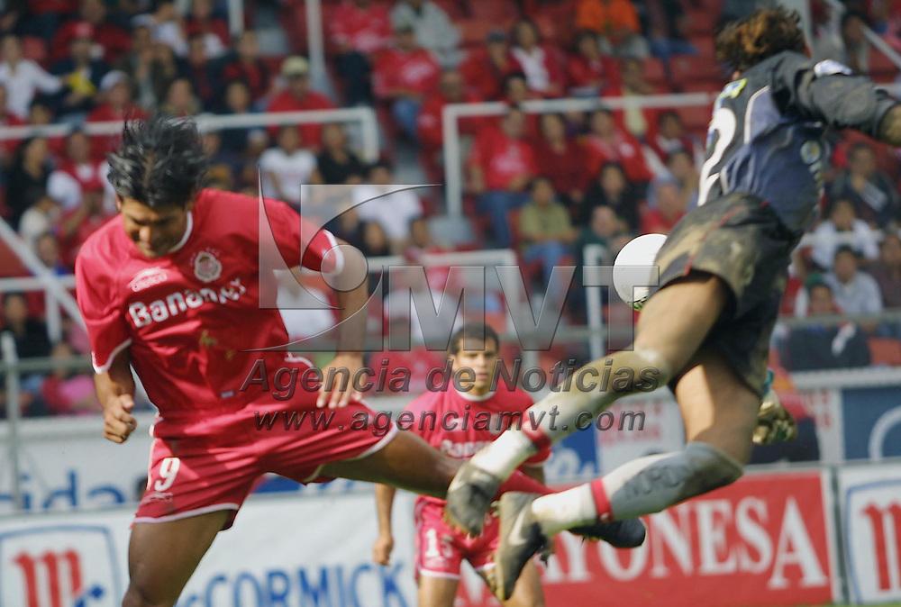 Toluca, M&eacute;x.- El portero del equipo Atlas Mario Mendez se lanza para quitar el balon a Jose Cardozo cuando se perfila a cabecear en una jugada de gol, el encuentro resulto a favor de los locales 5 goles por 1 en la jornada 15 del Torneo de Verano 2002 del futbol Mexicano. Agencia MVT / Mario V&aacute;zquez de la Torre. (DIGITAL)<br /> <br /> NO ARCHIVAR - NO ARCHIVE