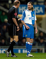 Fotball<br /> England 2004/2005<br /> Foto: SBI/Digitalsport<br /> NORWAY ONLY<br /> <br /> Blackburn Rovers v Bolton Wanderers, Barclays Premiership, 24/01/2005.<br /> Blackburn's new signing Robbie Savage (R) is lectured by referee Steve Bennett