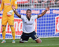 Fussball  1. Bundesliga  Saison 2014/2015   11. SPIELTAG SC Freiburg - FC Schalke 04      08.11.2014 Dennis Aogo (FC Schalke 04) emotional