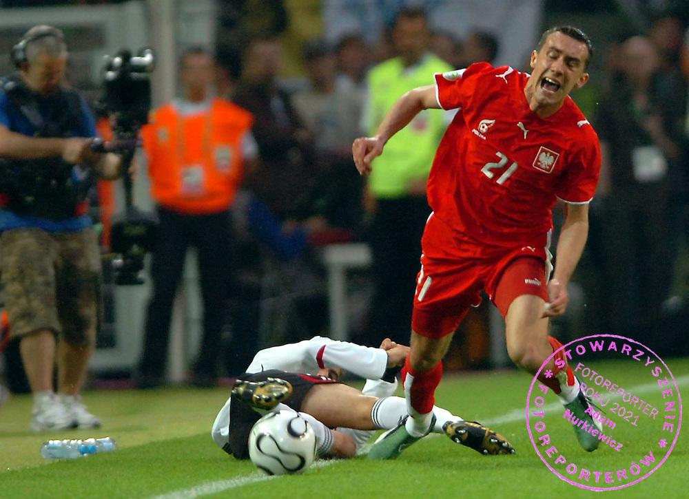 n/z.: Phillipp Lahm (nr16-Niemcy) , Ireneusz Jelen (nr21-Polska) podczas meczu grupy A Polska (czerwone) - Niemcy 0:1 podczas turnieju finalowego Mistrzostw Swiata Niemcy 2006 , pilka nozna , Niemcy , Dortmund , 14-06-2006 , fot.: Adam Nurkiewicz / mediasport..Phillipp Lahm (nr16-Germany) and Ireneusz Jelen (nr21-Poland) fight for the ball during soccer match group A in Dortmund during World Cup 2006. June 14, 2006 ; Poland (red) - Germany 0:1 ; football , Germany , Dortmund ( Photo by Adam Nurkiewicz / mediasport )