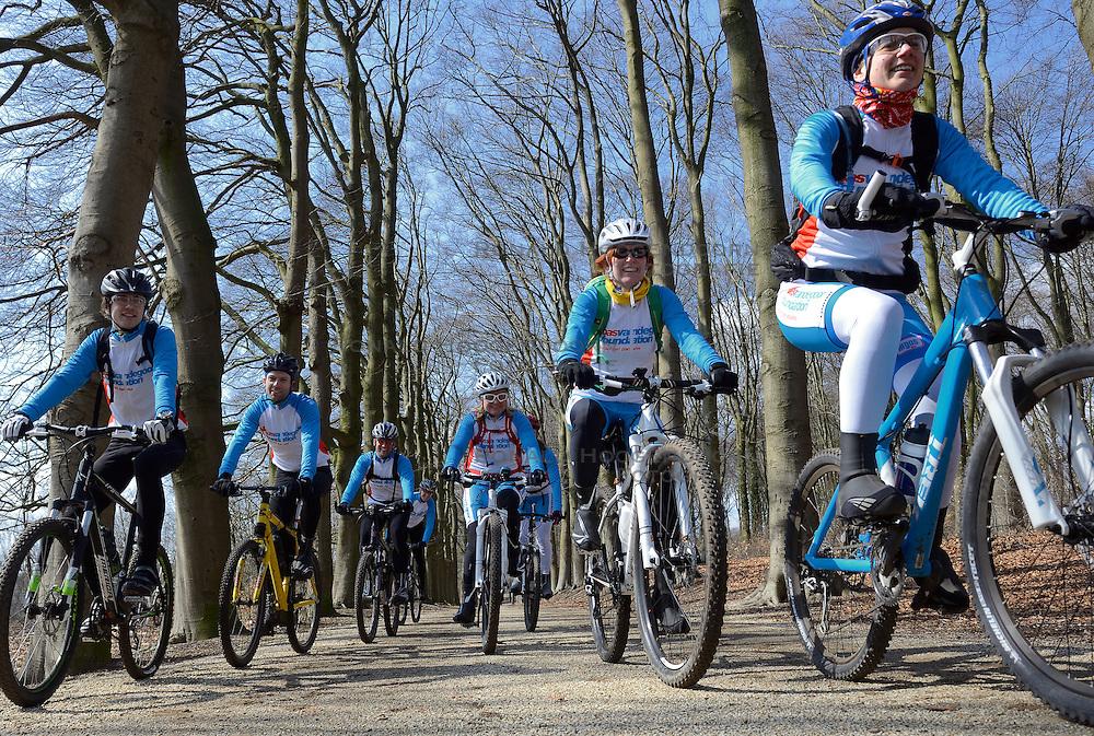 01-04-2013 ALGEMEEN: WE BIKE 2 CHANGE DIABETES: ARNHEM<br /> In de bossen bij Papendal werd de tweede meeting van de BvdGf gehouden met een fotosessie en een stukje biken<br /> &copy;2013-FotoHoogendoorn.nl