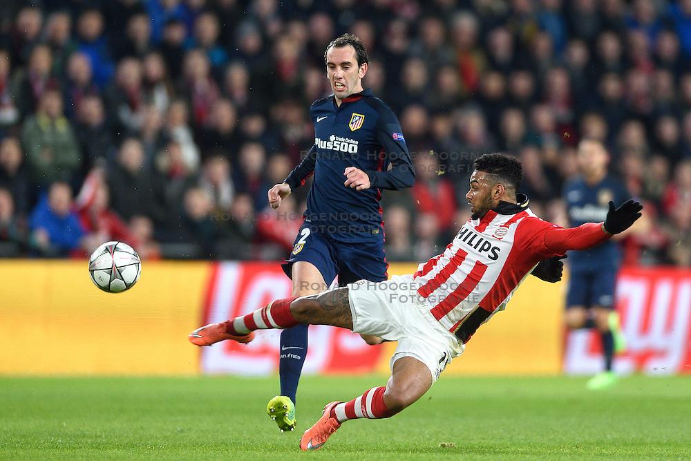 24-02-2016 NED: Champions League PSV - Atletico Madrid, Eindhoven<br /> Jurgen Locadia #19 in haalt uit op doel. Diego Godin ziet de bal naast gaan.