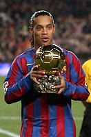Fotball<br /> Foto: imago/Digitalsport<br /> NORWAY ONLY<br /> <br /> 11.12.2005  <br /> Ronaldinho (FC Barcelona) mit dem goldenen Ball, der Auszeichnung für Europas Fußballer des Jahres