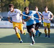WASSENAAR - Koen Bakhuis (HGC)  met Daniel Aarts (Den Bosch)  tijdens  de hoofdklasse hockeywedstrijd HGC-Den Bosch (3-2). COPYRIGHT KOEN SUYK