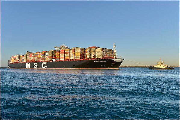 Nederland, Rotterdam, 3-3-2015Aankomst van het grootste containerschip ter wereld, de MV Oscar van MSC in de haven van Rotterdam. Lengte van 396 meter, breedte van 59 meter, diepgang van 16 meter en een capaciteit van 19.224 zeecontainers. Voor de eerste keer in de Rotterdamse haven en wordt welkom geheten door blusschepen. First arrival of the largest, biggest, containervessel, containership, the MSC Oscar, in the port of Rotterdam, the Netherlands.Foto: Flip Franssen/ Hollandse Hoogte