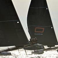 Superbe journée , a peine a l eau les bateaux et les equipages filent directement en mer pour une premiere session d entrainement , le rendez vous est avec le skipper d ENGIE Sebastien Rogues , il arrive de l aeroport ravi de re décoller si vite avec ses équipiers ,debut d une belle navigation en compagnie du coach de l equipe ,