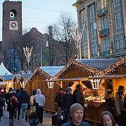 Amsterdam, 21-11-2013. De winter- of kerstmarkt op het Damrak te Amsterdam, is van start gegaan. Direct na de opening was het al overvol met winkelende mensen. De kerststallen staan van het Centraal Station tot aan de Dam.