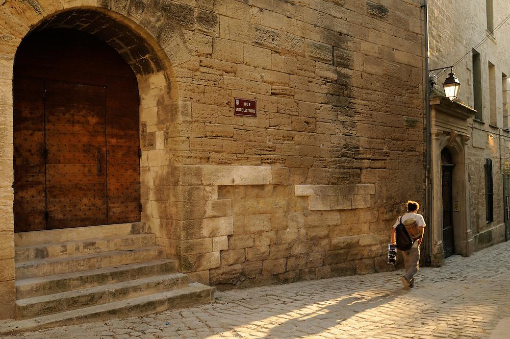 France, Languedoc Roussillon, Gard (30), Uzès, rue entre les tours, porte de la tour de l'Èvêque