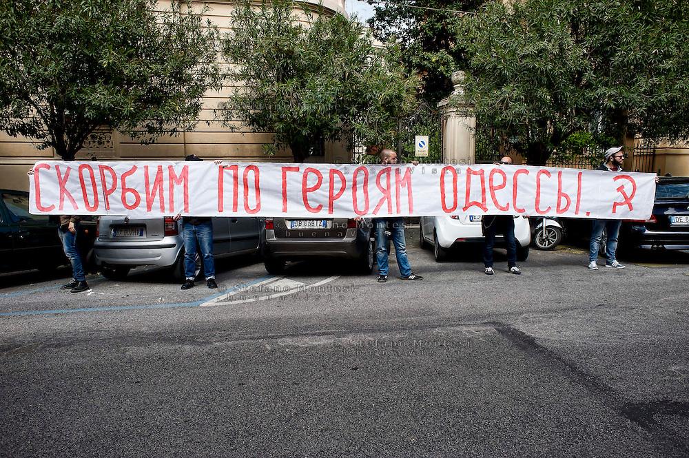 Roma 7 Maggio 2014<br /> Presidio di protesta degli antifascisti italiani ,davanti  all'ambasciata Ucraina, contro le violenze fasciste nell'Est Ucraina e di sostegno agli antifascisti d'Ucraina. Sullo striscione si legge: Onore agli eroi di Odessa ( sono le persone morte in un incendio nella sede dell'Unione dei sindacati (la Casa dei sindacati).<br /> Rome May 7, 2014 <br /> Demostration of Italian anti-fascist  in front of Embassy Ukraine, against fascist violence in eastern Ukraine and support for anti-fascists of Ukraine. The banner reads: Honor the heroes of Odessa (these are the people who died in a fire at the headquarters of the Union of Trade Unions (the House of Trade Unions).