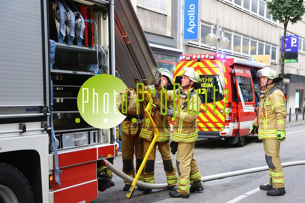 Mannheim. 30.06.17 | Brand in der Innenstadt<br /> Innenstadt. N7. Brand in einer Bar.<br /> Zu einem gr&ouml;&szlig;eren R&uuml;ckstau von Lieferfahrzeugen in der Kunststra&szlig;e f&uuml;hrt derzeit ein Brand in der Mannheimer Innenstadt. Wegen der L&ouml;scharbeiten ist die Kunststra&szlig;e derzeit noch gesperrt. Die Feuerwehr war am Morgen zu einer Verpuffung in einem Gastronomiebetrieb gerufen worden. Tats&auml;chlich brannte es in der K&uuml;che. Das Feuer f&uuml;hrte zu einer starken Rauchentwicklung. Zeitweise waren zwei L&ouml;schz&uuml;ge der Berufsfeuerwehr und die Freiwillige Feuerweh Innenstadt im Einsatz. Derzeit werden die Schl&auml;uche eingerollt, die Einsatzstelle wohl in kurzer Zeit freigegeben. Bei dem Brand zogen sich drei Personen Rauchgasvergiftungen zu. Sie kamen zur Behandlung ins Krankenhaus.<br /> <br /> <br /> BILD- ID 0412 |<br /> Bild: Markus Prosswitz 30JUN17 / masterpress (Bild ist honorarpflichtig - No Model Release!)