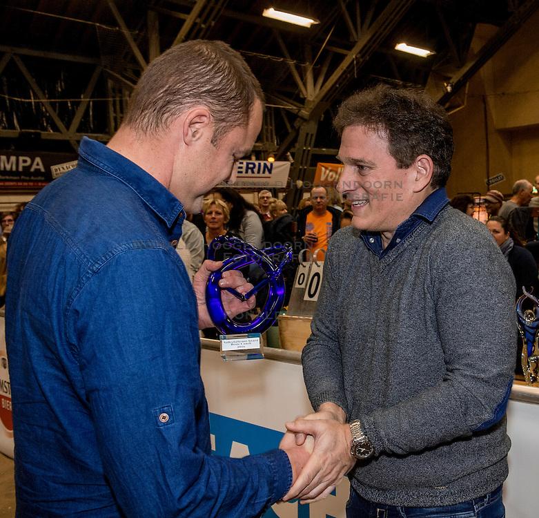 08-01-2017 NED: Uitreiking Ingrid Visser Awards, Aalsmeer<br /> Tijdens het NK Beach werden de Volleybalkrant Awards uitgereikt. Avila Selinger overhandigt de glazen sculpture Coach van het Jaar aan Gijs Ronnes