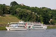 Elbeufer, Elbe, Schaufelrad Dampfer der Weissen Flotte, Dresden, Sachsen, Deutschland.|.Dresden, Germany, river Elbe, paddle steamer