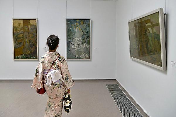 Nederland, Otterlo, 24-5-2014Een bezoeker uit Japan, japanse vrouw, in het Kröller-Müller Museum. Zij heeft een traditionele Kimono aan, typisch japanse kledingstijl. Het museum is beroemd vanwege de collectie werken van Vincent van Gogh.Foto: Flip Franssen/Hollandse Hoogte