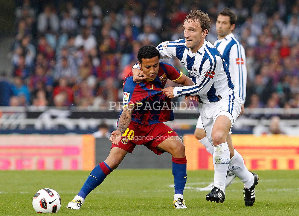 30.04.2011, Anoeta, San Sebastian, ESP, Primera Division, Real Sociedad vs FC Barcelona, im Bild Real Sociedad's Diego Rivas (r) and FC Barcelona's Thiago Alcantara during La Liga match.April 30 ,2011. EXPA Pictures © 2011, PhotoCredit: EXPA/ Alterphotos/ Acero +++++ ATTENTION - OUT OF SPAIN / ESP +++++