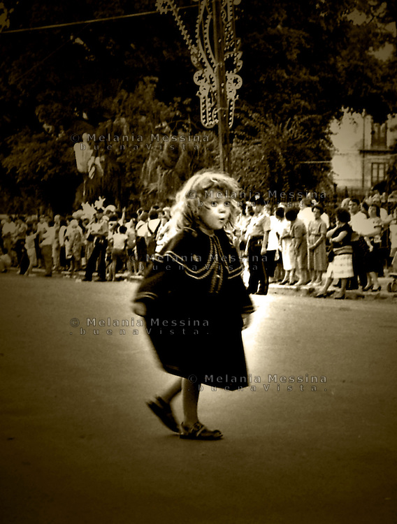 Palermo, feast of Saint Rosalia:little girl dressed like Rosalia during procession.<br /> Palermo, festino di Santa Rosalia: bambina vestita come Rosalia durante la processione