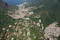 Vista aerea da Favela da Rocinha e da parte alta da Gavea no Rio de Janeiro /