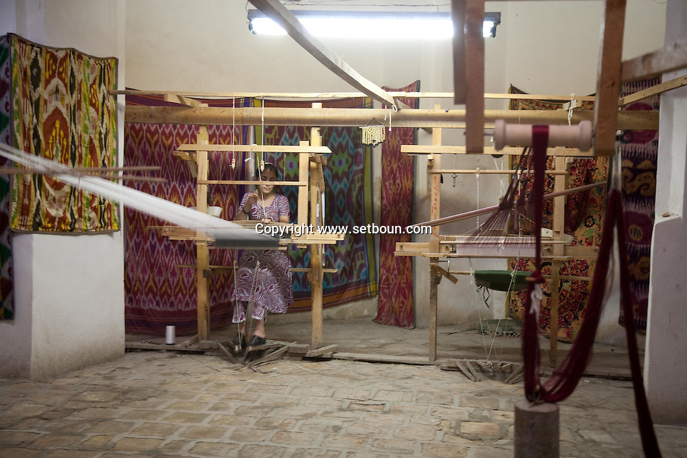 TIM Abdulah Khan. the old souk bazar. old city  Boukhara  Ouzbekistan  .///.artisan tisserandes dans le marche TIM Abdulah Khan. coupoles marchandes, souk bazar dans la vielle ville  Boukara  Ouzbekistan .///.OUZB56265