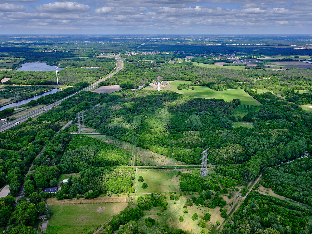Nederland, Noord-Brabant, Tilburg-Noord; 14–05-2020; recreatiegebied Noorderbos, aangelegd op voormalige vloeivelden (gebruikt voor waterzuivering). Footorichting Loon op Zand.<br /> Noorderbos recreation area, built on former flow fields (used for water purification).<br /> <br /> luchtfoto (toeslag op standaard tarieven);<br /> aerial photo (additional fee required)<br /> copyright © 2020 foto/photo Siebe Swart