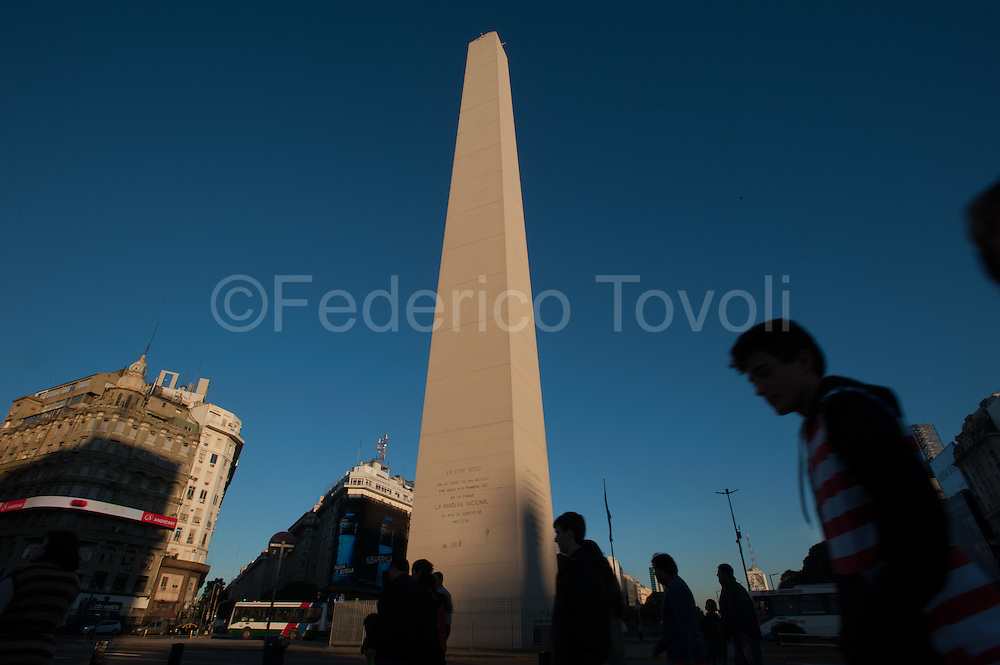 In the middle of the Avenida 9 de Julio, the widest in the world, the Obelisco commemorating the presentation of the national flag to the city and is currently the focus of Buenos Aires.