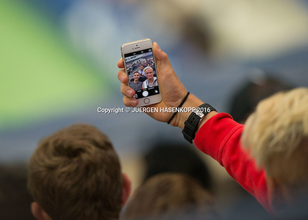 US Open 2016 Feature, Juniorenspieler Nicola Kuhn (ESP) macht ein Selfie von sich und seinem Freund im Arthur Ashe Stadium, Detail, close-up.<br /> <br /> Tennis - US Open 2016 - Grand Slam ITF / ATP / WTA -  USTA Billie Jean King National Tennis Center - New York - New York - USA  - 6 September 2016.