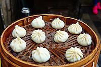 Chine, province du Shaanxi, ville de Xi'an, quartier Musulman Hui, le marché, vendeur de rue de plats cuisinés, ravioli à la vapeur // China, Shaanxi province, Xian, Hui neighburhood, food market, steam ravioli