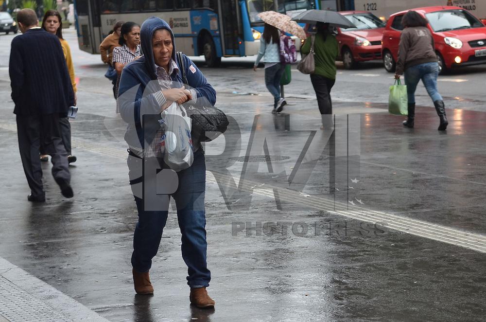 SAO PAULO, 20 DE MARCO DE 2013 - CLIMA TEMPO SP - Paulistano vive manha fria e com garoa, na Avenida Paulista, regiao central da capital, nesta quarta feira, 20, primeiro dia do outono. (FOTO: ALEXANDRE MOREIRA / BRAZIL PHOTO PRESS)