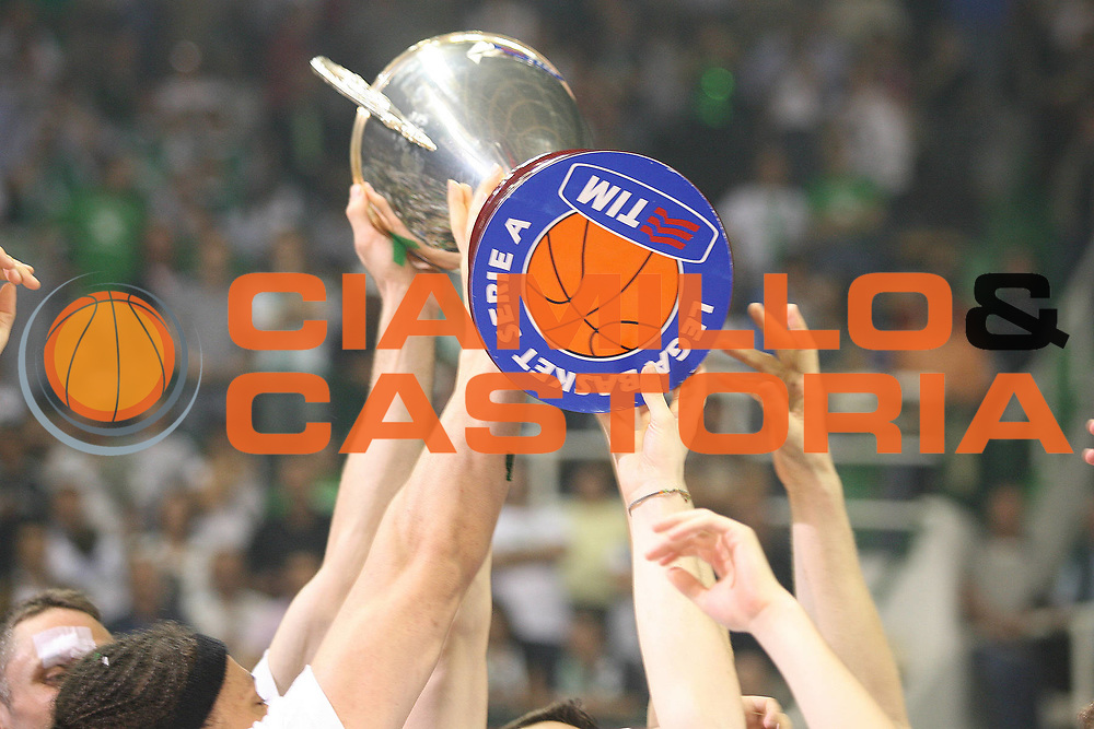 DESCRIZIONE : Siena Lega A1 2007-08 Playoff Finale Gara 5 Montepaschi Siena Lottomatica Virtus Roma <br /> GIOCATORE : Coppa Mani Dettaglio<br /> SQUADRA : Montepaschi Siena<br /> EVENTO : Campionato Lega A1 2007-2008 <br /> GARA : Montepaschi Siena Lottomatica Virtus Roma<br /> DATA : 12/06/2008 <br /> CATEGORIA : Esultanza<br /> SPORT : Pallacanestro <br /> AUTORE : Agenzia Ciamillo-Castoria/M.Marchi