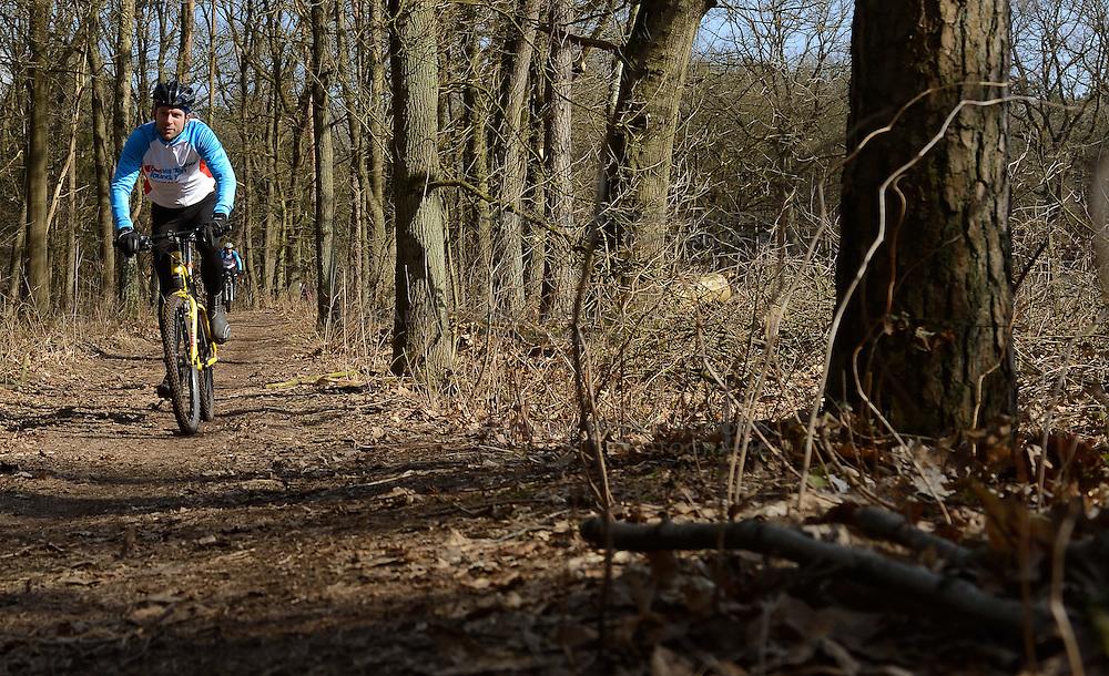 01-04-2013 ALGEMEEN: WE BIKE 2 CHANGE DIABETES: ARNHEM<br /> In de bossen bij Papendal werd de tweede meeting van de BvdGf gehouden met een fotosessie en een stukje biken / Rinke<br /> &copy;2013-FotoHoogendoorn.nl
