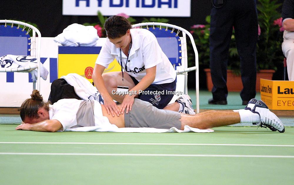 Sport,Tennis,Hopman Cup in Perth,Australien,Mixed<br /> Doubles WM, Xavier Malisse(Bel.)liegt auf dem Boden und wird von Physio am Ruecken behandelt, Verletzung,04.01.2002
