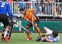 EINDHOVEN - OZ speler Ahmed Fareed zorgt voor onrust bij de Bloemendaal verdedigers Jaap Stockmann (l) en Eby Kessing (r)  tijdens de finale play off wedstrijd tussen de mannen van Oranje-Zwart en Bloemendaal. OZ wint met 3-2 en de titel. ANP KOEN SUYK