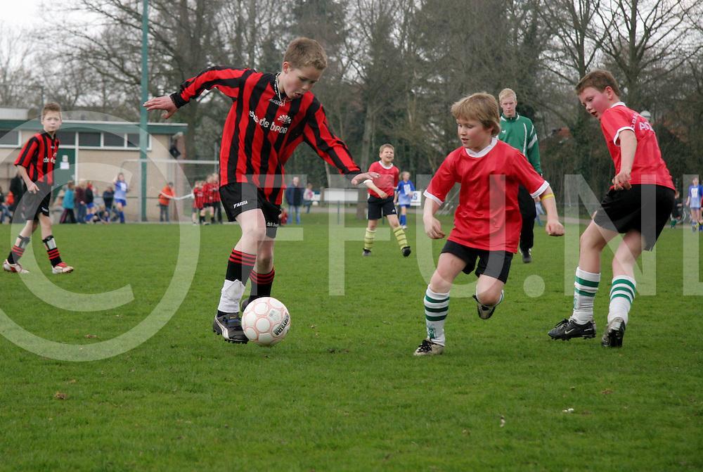 060419, gramsbergen, ned<br /> Schoolvoetbal toernooi dat werd gehouden in gramsbergen,<br /> fotografiefrankuijlenbroek&copy;2006jaspervanderzwan