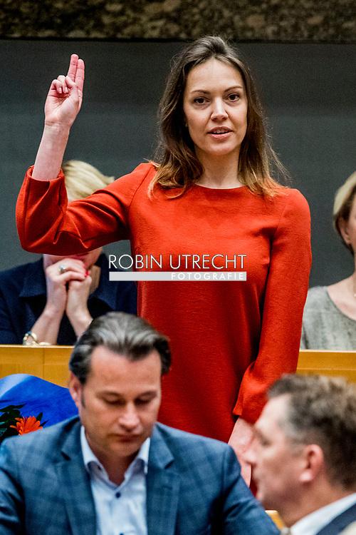 DEN HAAG - Bente Becker (VVD) legt de eed af tijdens de installatie van de nieuwe Kamerleden na de Tweede Kamerverkiezingen. democratie formatie holland installatie kabinetsformatie kamerleden kiezen nieuwe partijpolitiek politicus politiek tk2017 van