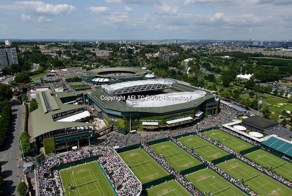 The Wimbledon Championships 2013<br /> The All England Lawn Tennis &amp; Croquet Club Wimbledon,<br /> Blick auf die Wimbledon Anlage aus der Luft,Centre Court,Court 1,von oben,Querformat,Feature,