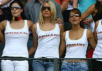 Fotball<br /> VM 2006<br /> Tyskland - koner og kjærester<br /> Foto: imago/Digitalsport<br /> NORWAY ONLY<br /> <br /> 20.06.2006 <br /> Die deutschen Spielerfrauen Arm in Arm während der Nationalhymne, v.li.: Petra Frings, Lena (Tim Borowski) und Nicola (Philipp Lahm)
