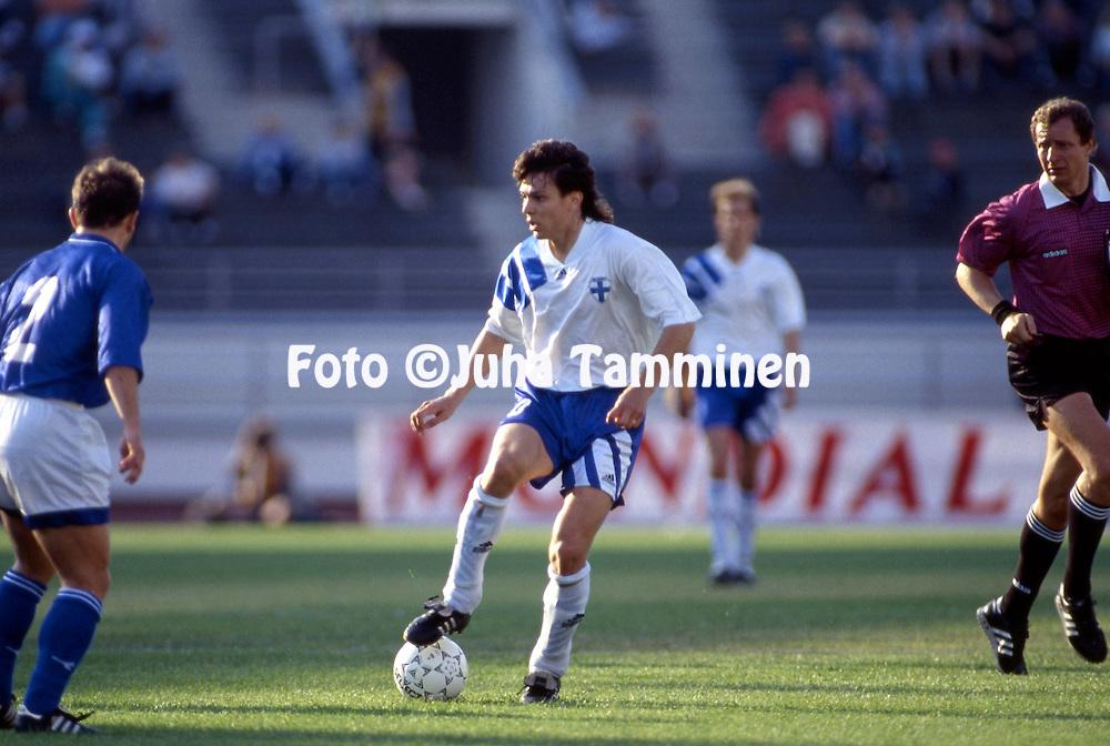 11.6.1995, Olympiastadion / Olympic Stadium, Helsinki.<br /> UEFA European Championship 1996 Qualifying match, Finland v Greece.<br /> Jari Litmanen - Finland