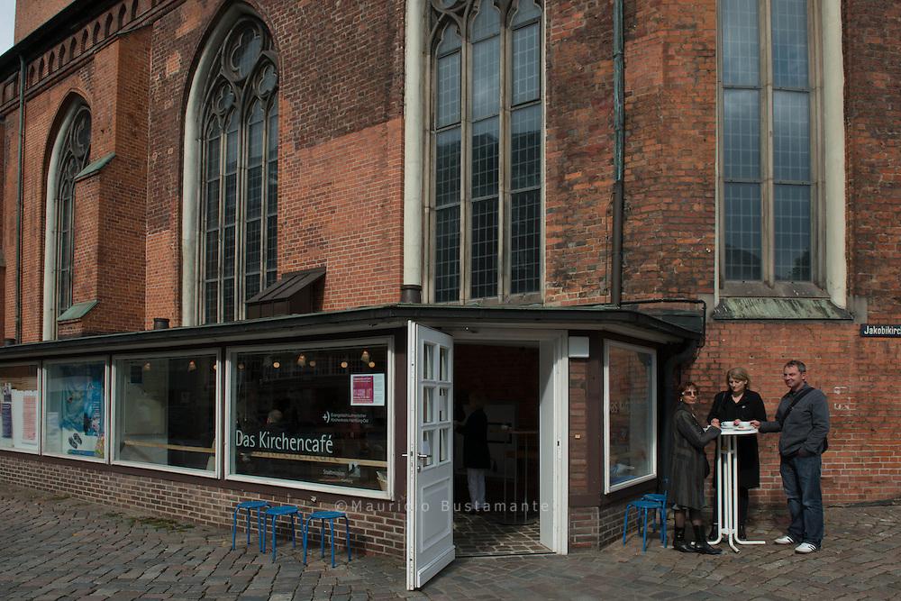 Der Duft von Espresso und frischem Cappuccino lädt ein in das Kirchencafé, das in der Innenstadt an der Südmauer der Haupt-kirche St. Jacobi lehnt. Handgerührter Kakao und belebender Gewürztee sind hier übrigens ebenfalls ein Genuss...Das Café ist in der Woche ab 11:30 Uhr offen für alle, die in der City unterwegs sind, dort arbeiten oder leben. Montags und freitags bis 14:30, sonst bis 18:30 Uhr. Und auch das Caféteam ist immer offen: für Gespräche über Gott und die Welt, und auf Wunsch auch für die Sorgen und Nöte der Besucher.