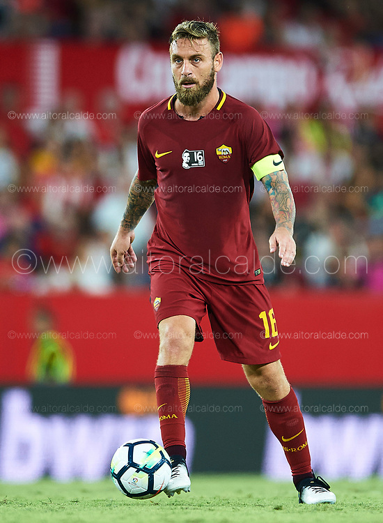 SEVILLE, SPAIN - AUGUST 10:  Daniele De Rossi of AS Roma in action during a Pre Season Friendly match between Sevilla FC and AS Roma at Estadio Ramon Sanchez Pizjuan on August 10, 2017 in Seville, Spain.  (Photo by Aitor Alcalde/Getty Images)