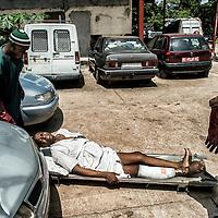 24/07/2014. Conakry. Guinée Conakry.  Hôpital National Ignace Deen, bien qu'il soit public les patients payent et négocient les prix pour les interventions médicales,  les repas ne sont pas compris.  Un homme vient d'arriver en voiture, son pied gangrené le fait souffrir. ©Sylvain Cherkaoui/Cosmos pour M le magazine du Monde