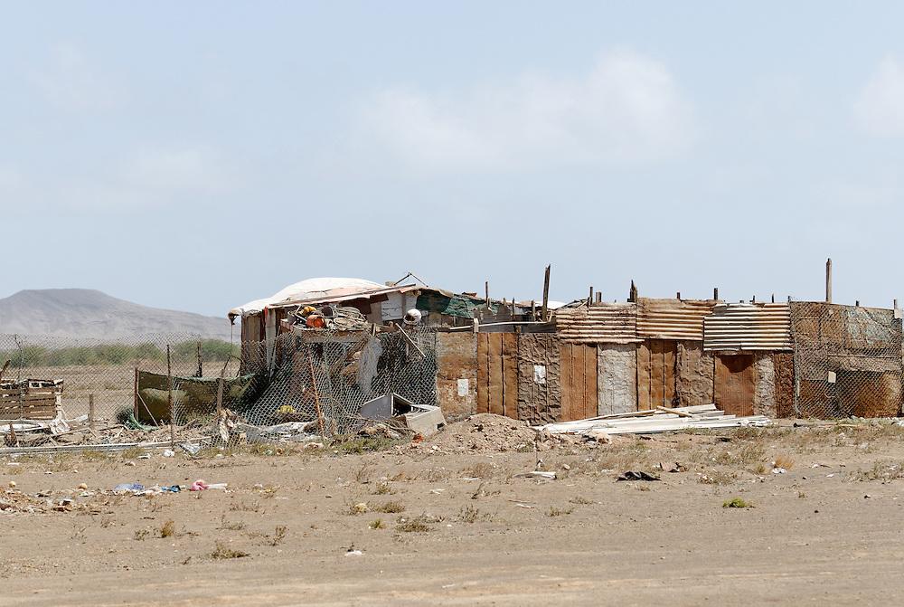 Shanty town in the entrance of the city of Esparagos. Bidonville à l'entrée de la ville d'Esparagos.