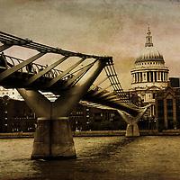 Millenium footbridge facing St Pauls Cathedral