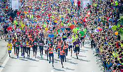 15.04.2018, Linz, AUT, Oberbank Linz Donau Marathon, während des Linz Donau Marathon am Sonntag, 15. April 2018, in Linz, im Bild Start auf der Autobahnbrücke // Start at the highway bridge during the Oberbank Linz Donau Marathon in Linz, Austria on 2018/04/15. EXPA Pictures © 2018, PhotoCredit: EXPA/ Michael Gruber