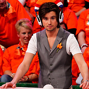 NLD/Baarn/20100408 - Opname programma Ik Hou van Holland, Ruud Feltkamp met koptelefoon
