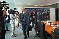 13 AUG 2003, BERLIN/GERMANY:<br /> Otto Schily, SPD, Bundesinnenminister, mit Aktentasche auf dem Weg zu seinem Platz, vor Beginn einer Kabinettsitzung zur Agenda 2003, Kabinettsaal, Bundeskanzleramt<br /> IMAGE: 20030813-01-002<br /> KEYWORDS: Kabinett, Sitzung, Aktenkoffer, Kamera, Camera, Journalist, Journalisten