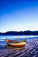 Barco sobre a areia na Praia do Pântano do Sul ao anoitecer. Florianópolis, Santa Catarina, Brasil. / Boat on the sand at Pantano do Sul Beach at dusk. Florianopolis, Santa Catarina, Brazil.