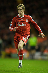 LIVERPOOL, ENGLAND - Saturday, November 22, 2008: Liverpool's Fernando Torres in action against Fulham during the Premiership match at Anfield. (Photo by David Rawcliffe/Propaganda)