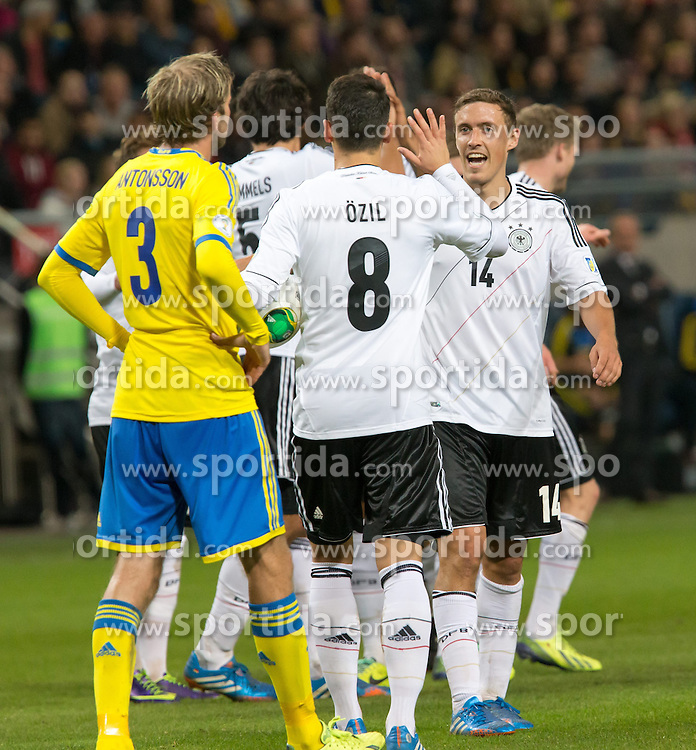 15.10.2013, Friends Arena, Stockholm, SWE, FIFA WM Qualifikation, Schweden vs Deutschland, Gruppe C, im Bild Germany 19 Mario G©tze Gotze score for Germany gratuleras av lagmedlemmar congratulations celebrate with team mates, , , Nyckelord , Keywords : football , fotboll , soccer , FIFA , World Cup , Qualification , Sweden , Sverige , Schweden , Germany , Tyskland , Deutschland // during the FIFA World Cup Qualifier Group C Match between Sweden and Germany at the Friends Arena, Stockholm, Sweden on 2013/10/15. EXPA Pictures © 2013, PhotoCredit: EXPA/ PicAgency Skycam/ Ted Malm<br /> <br /> ***** ATTENTION - OUT OF SWE *****