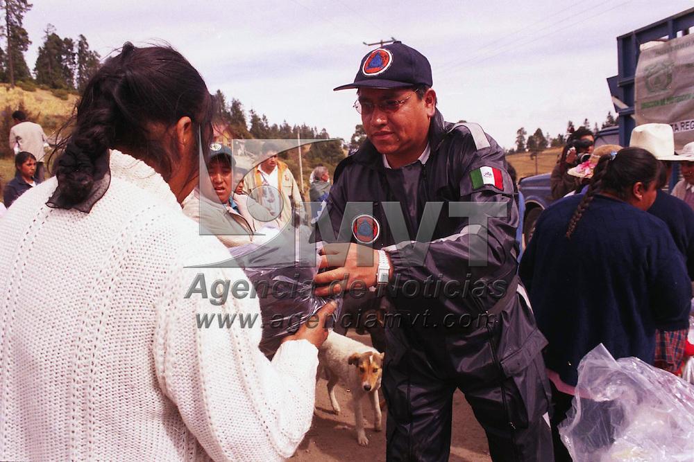 Toluca, M&eacute;x.- Protecci&oacute;n Civil Universitaria reparti&oacute; 6,069 prendas en 867 paquetes, para hombres, mujeres, ni&ntilde;os y bebes en la comunidad aleda&ntilde;a al nevado de Toluca llamada La Joya, esta donaci&oacute;n comprende de 7 prendas b&aacute;sicas para esta temporada invernal. Agencia MVT / Arturo Rosales Ch&aacute;vez. (FILM)<br /> <br /> NO ARCHIVAR - NO ARCHIVE