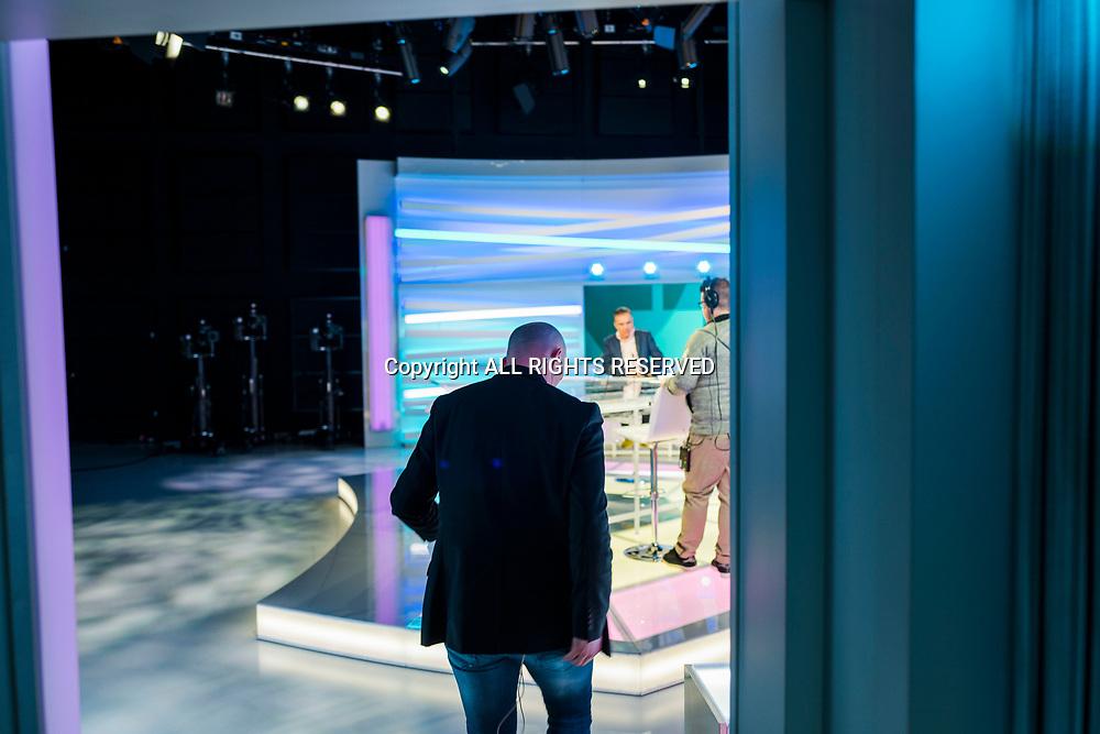 Genève, février 2018. Sandy Jeannin, consultant pour la rts Il commente un match de hockey des JO et donne des explications de séquences de jeux pendant la pause sur le plateau des sports. Rentrée de Sandy sur le plateau. © Olivier Vogelsang
