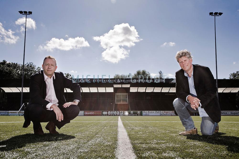 Adrie de Poort en Jan Hommes, bestuur van voetbalclub DHC Delft