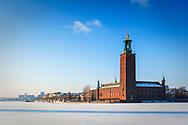 Stockholms stadshus och Riddarfjärden med snö is vinter